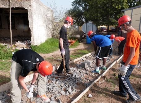 모로코 건축 프로젝트에서 일하는 봉사자들 그룹
