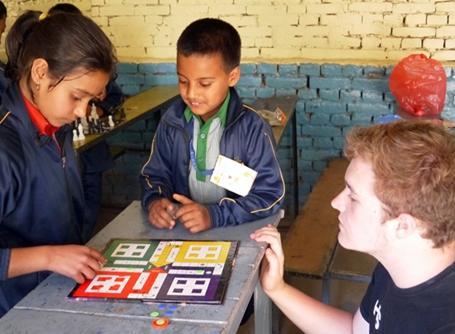 아이들과 게임을 하고 있는 자원봉사자