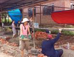 네팔의 학교건축을 돕고 있는 봉사자 그룹