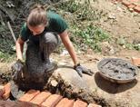 네팔 선라이즈학교의 교실을 짓고있는 여성 자원봉사자