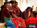 거리에서 쉬고 있는 네팔 현지 여성들