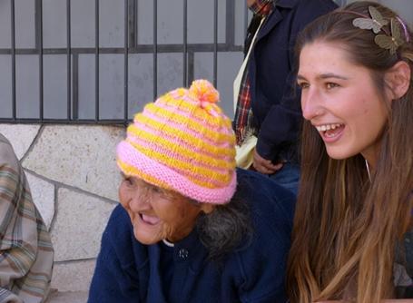 페루 양로원에서 노인 여성을 돌보고 있는 자원봉사자
