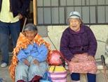 양로원에서 자원봉사자들과 함께 시간을 보내는 페루의 노인 여성들