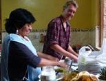 자원봉사자가 페루 호스트가족과 함께 식사를 준비한다