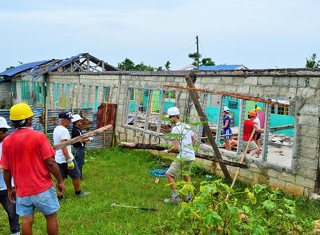 필리핀의 재해복구 건축 봉사자들이 집을 짓고 있다