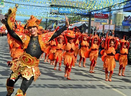 아시아 필리핀에서 시누로그 축제를 즐기는 현지인들