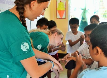 필리핀에서 아이들에게 위생교육을 하고 있는 여성 봉사자