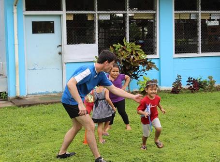 사모아에서 아이들을 돌봐주고 있는 자원봉사자