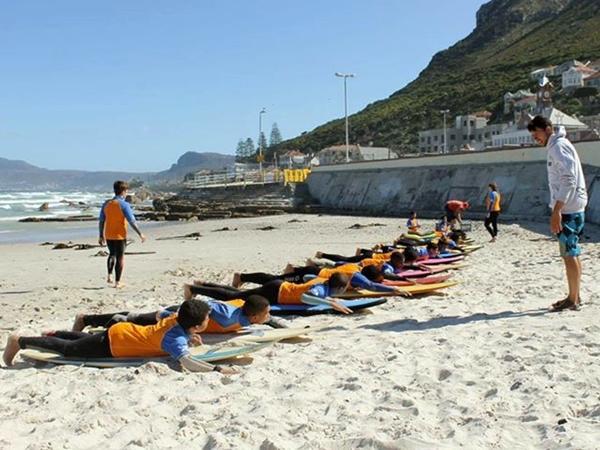 남아공 서핑 프로젝트의 아이들과 함께 있는 자원봉사자