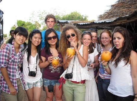 스리랑카에서 현지음료를 마시고 있는 여성 봉사자들