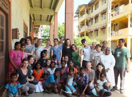 아시아 스리랑카의 의료 봉사활동에 참가한 봉사자 그룹