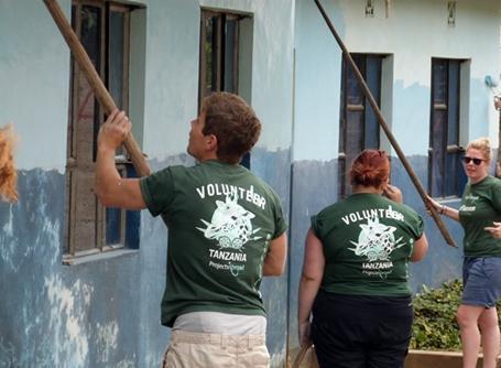탄자니아 학교의 페인트칠을 하고 있는 자원봉사자들