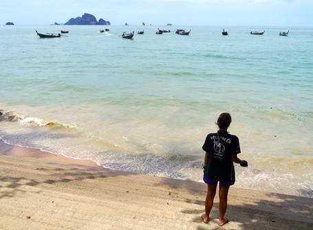 태국 환경보호 봉사자가 자연을 즐기고 있다