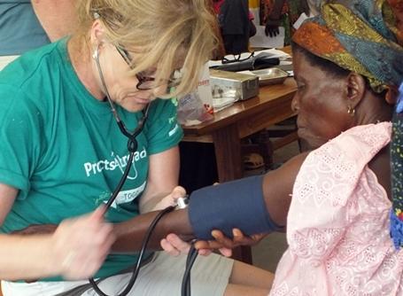 토고의 의료인턴이 여성의 혈압을 재고 있다