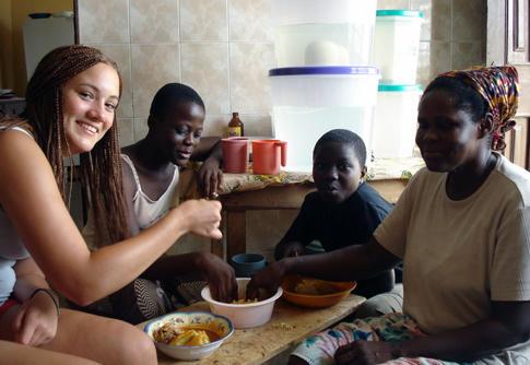 Vrijwilliger eet lokale maaltijd met haar gastgezin in Ghana