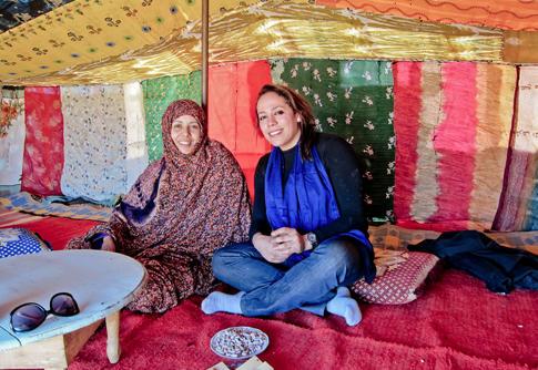 Projects Abroad vrijwilliger en haar gastmoeder  bij het nomadenproject in Marokko