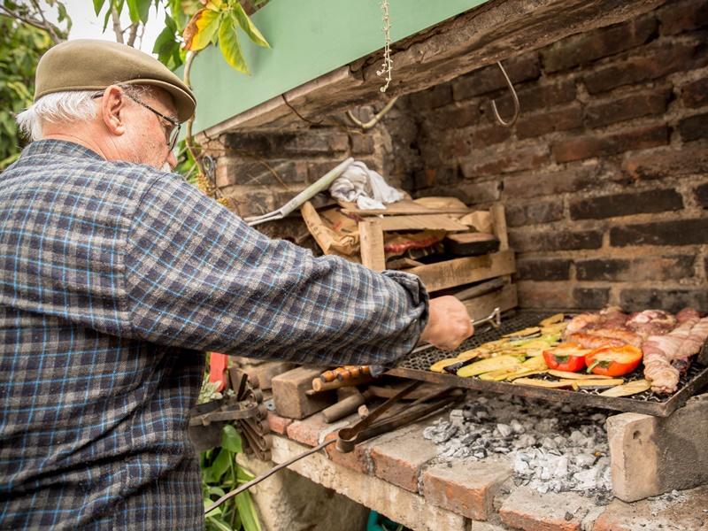 Groente en vlees worden vakkundig klaargemaakt door een hostvader in Argentinië