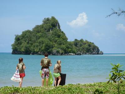 Projects Abroad vrijwilliger helpt met natuurbehoud door het strand op te ruimen in Thailand