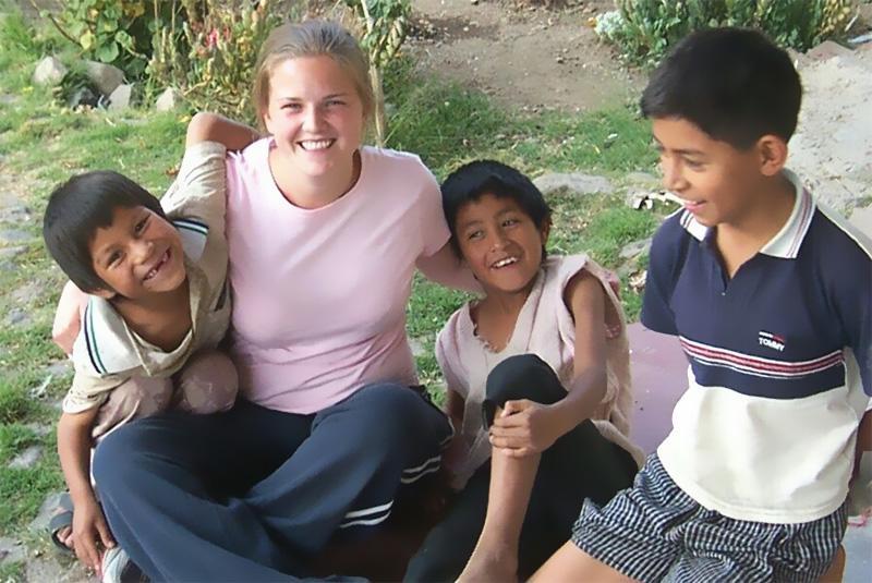 Projects Abroad vrijwilliger met kinderen van een sociaal project in Bolivia