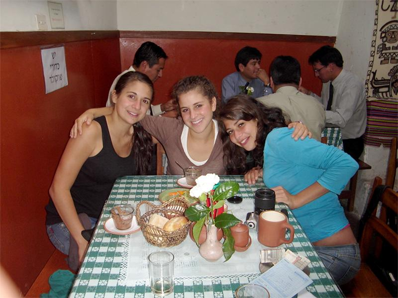 Projects Abroad vrijwilligers in restaurant in Cochabamba