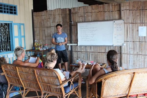 Projects Abroad vrijwilligers nemen deel aan een Khmer taalles in Cambodja