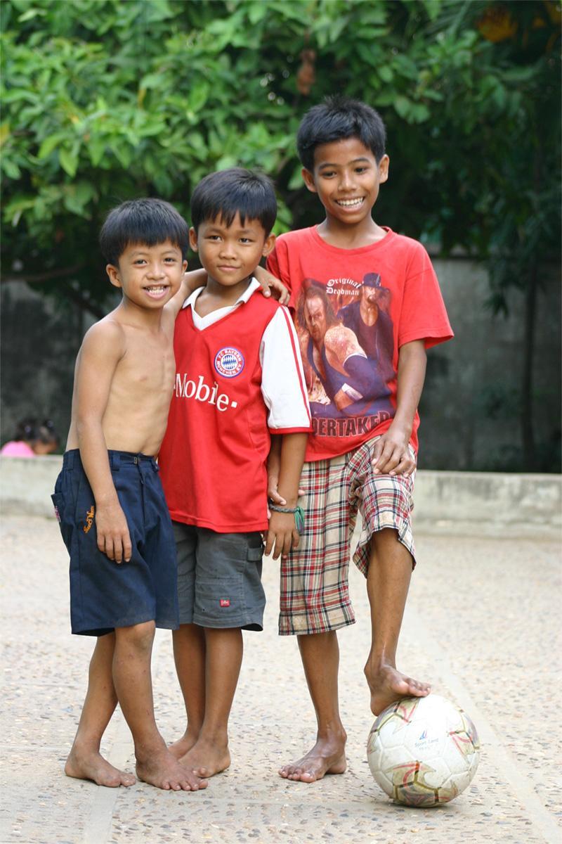 Kinderen met bal in Cambodja
