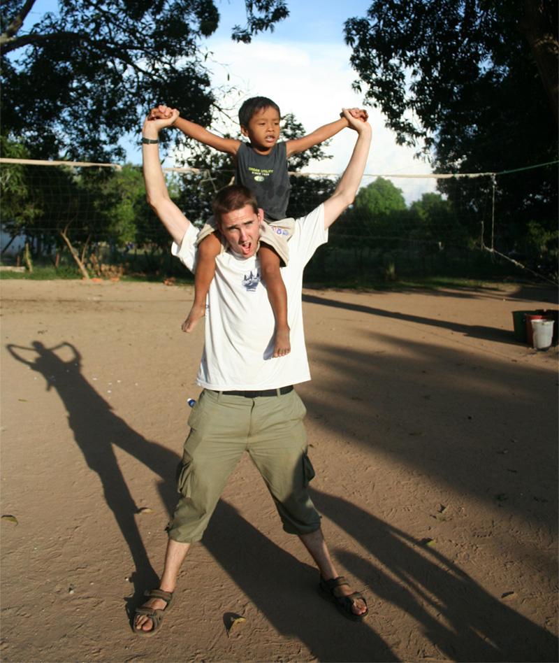Projects Abroad vrijwilligeren met een van de kinderen op zijn sociale project