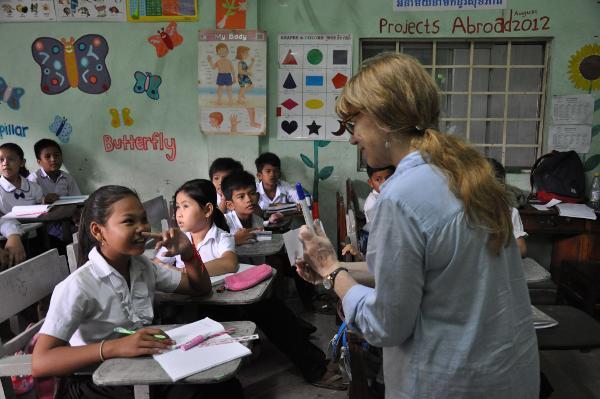 Projects Abroad vrijwilliger geeft Engelse les op het lesgeef project in Cambodja