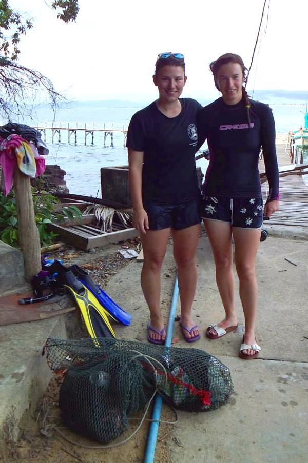 Britse vrijwilligers poseren voor de camera voor een duik op het natuurbehoud project in Koh Sdach, Cambodja