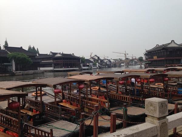 Uitzicht op traditionele boten en een rivier in centrum Shanghai