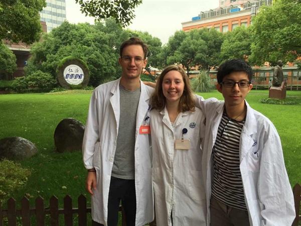 Projects Abroad vrijwilligers bij hun ziekenhuis tijdens het geneeskunde project in Shanghai
