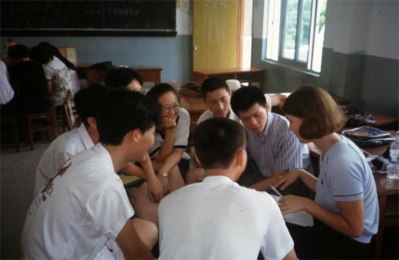 Projects Abroad vrijwilliger geeft Engelse les aan een klein groepje studenten in China