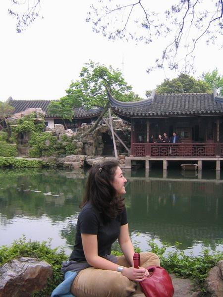 Projects Abroad vrijwilliger rust uit in haar vrije tijd bij een Chinese tempel