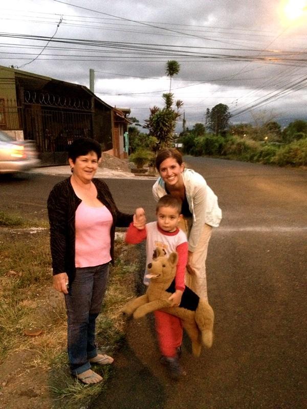 Projects Abroad vrijwilliger met lokale inwoners bij een sociaal project in Costa Rica