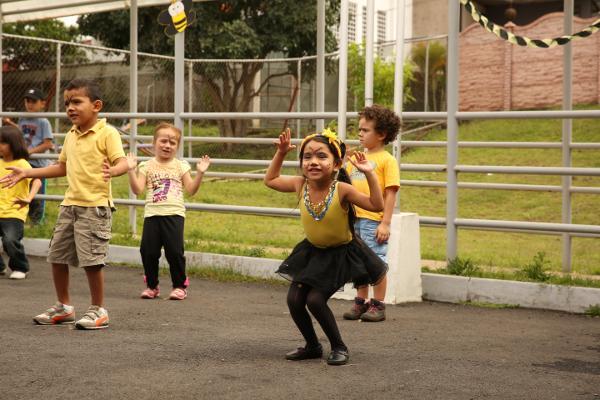 Kinderen van het CECUDI zorgcentrum verkleden zich als bijtjes en zingen liedjes tijdens English Week dat gevierd wordt in openbare onderwijscentra in het gebied van Heredia