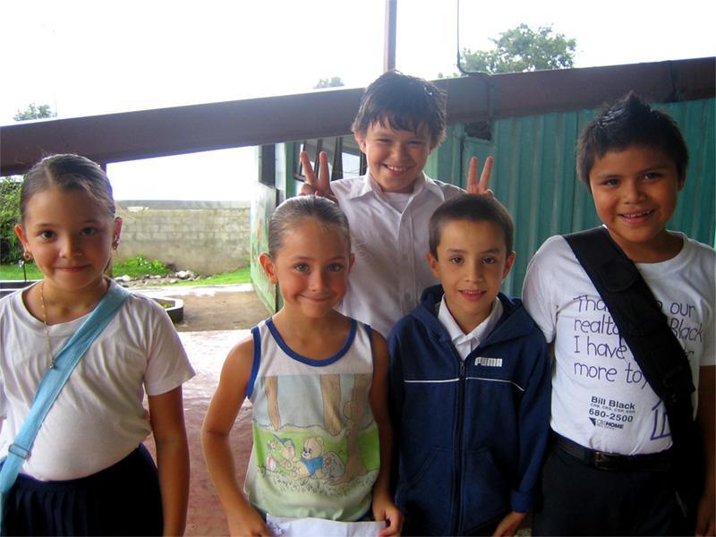Scholieren bij een project in Costa Rica