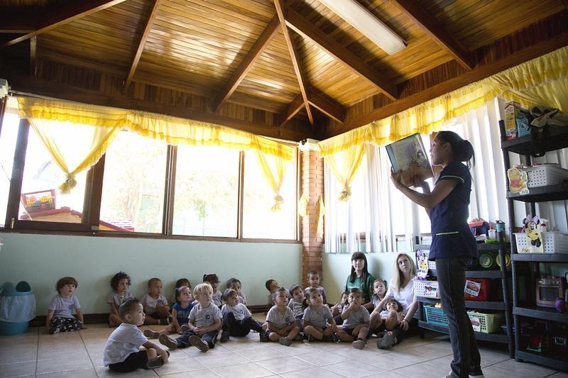 Vrijwilliger leest een verhaal voor in Costa Rica