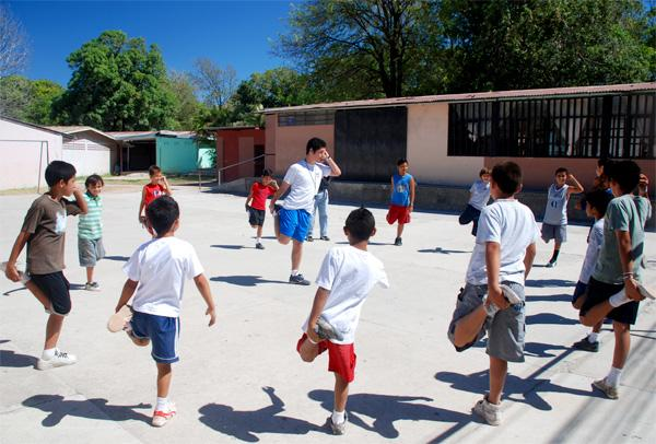 Projects Abroad vrijwilliger geeft gymles in Costa Rica
