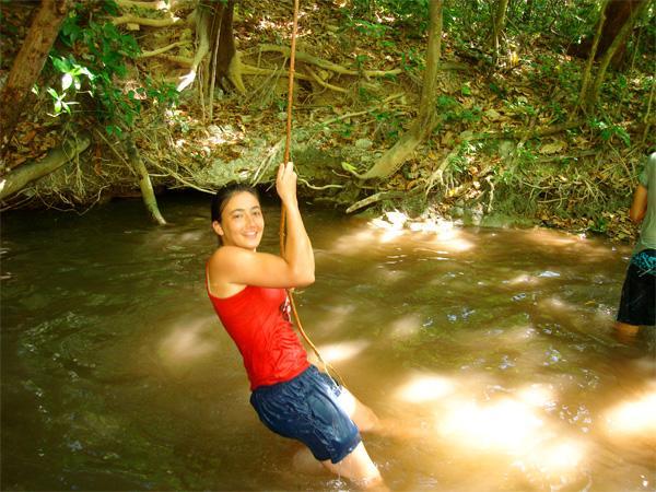 Projects Abroad vrijwilliger hangt aan een touw in Costa Rica