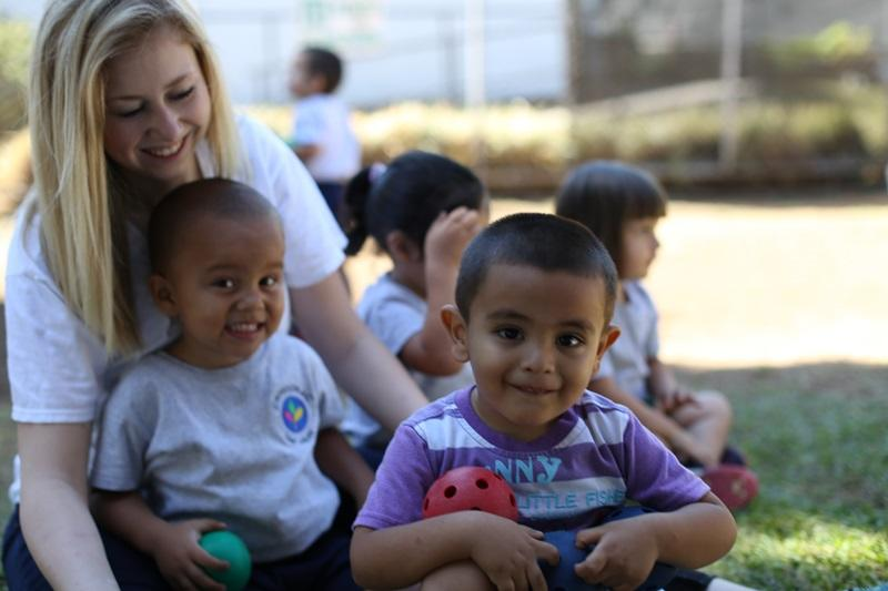 Projects Abroad vrijwilliger speelt buiten met kinderen op haar sociale project in Costa Rica