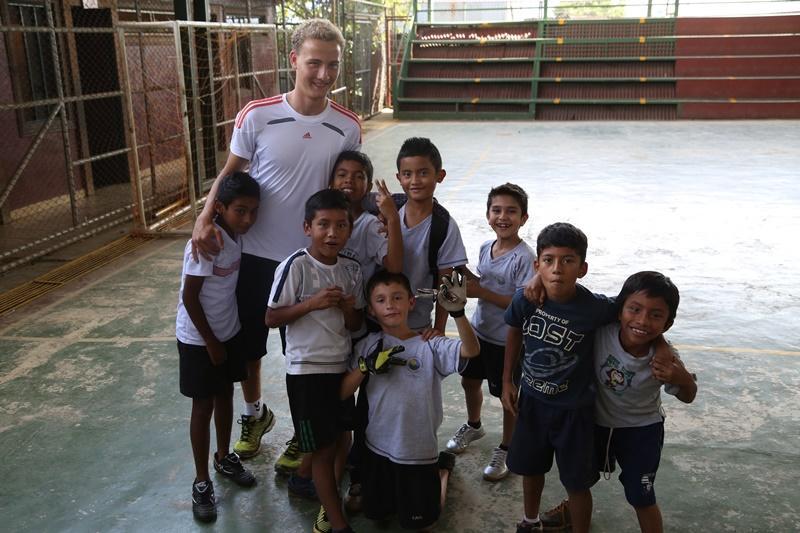 Vrijwilliger op het sport project met zijn leerlingen