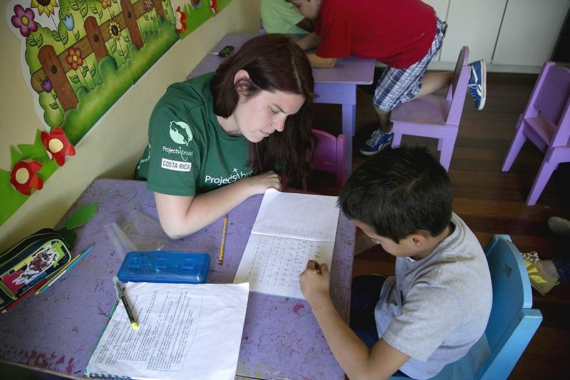 Vrijwilliger helpt een jongen in Costa Rica