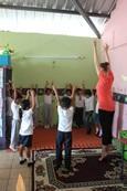 Projects Abroad vrijwilliger leert een groep kinderen een dans bij een Sociaal project in Ecuador