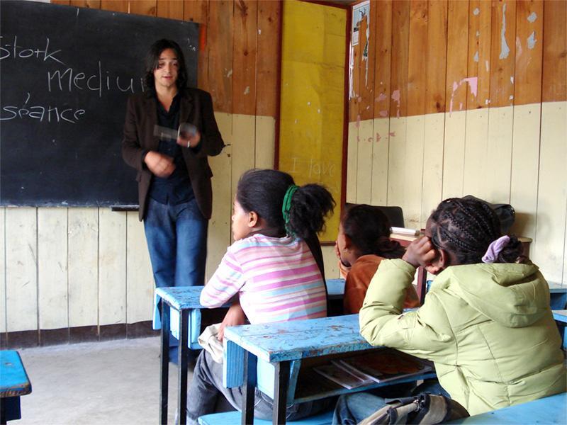 Projects Abroad vrijwilliger geeft les aan een klas in Ethiopië