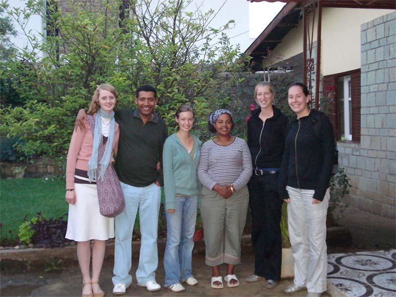 Projects Abroad vrijwilligers met gastgezin in de tuin in Ethiopië