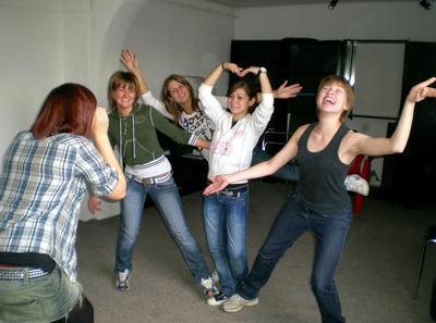 Projects Abroad vrijwilliger met jongeren bij het drama project in Roemenië