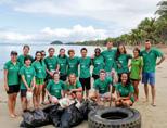 Vrijwilligers nemen deel aan een beach clean up op Fiji tijdens hun natuurbehoud project