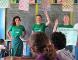 Vrijwilligers van het voedingsproject leren studenten over hart- en vaatziekte op Vunayasi District School