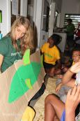 Nederlandse vrijwilliger geeft voorlichting over haaienbescherming aan leerlingen van de Lomary Primary School
