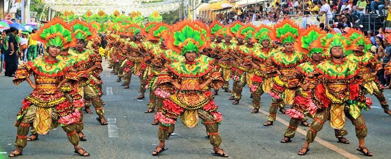 Dansers op het Sinulog festival in de Filippijnen